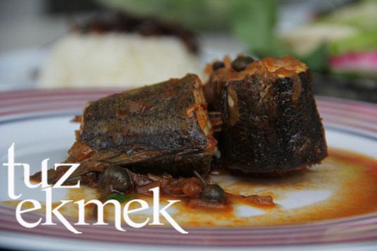 kaparili balık yahnisi- karamelize sade pilav eşiliğinde